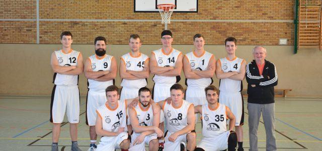 (mbor) Bei einem sehr ausgeglichenen Auswärtsspiel musste das Herrenteam des EBV eine erneute Niederlage gegen Dauerivale KSC Strausberg mit 78:88 (36:42) einstecken. Das zweite Spiel gegen SFB Basket Brandenburg II […]